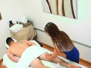 Massage asian jerks her buyer before sex