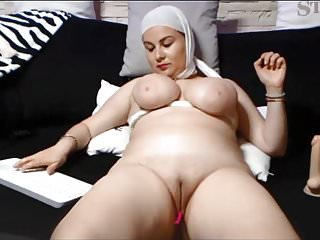 SAUDI ARABIAN WOMAN SHOWS HER SHAVEN PUSSY