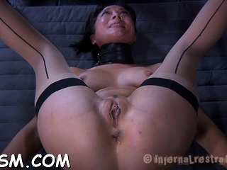 Dishy gf is gently use fake penis in the brush cunny