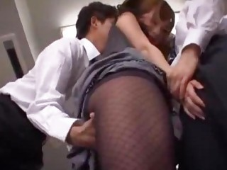 Teacher Obtaining Her Gut Rubbed Pussy Splintered Stimulated With respect to Vibrator By 2 Schoolguys In The Empty Classroom